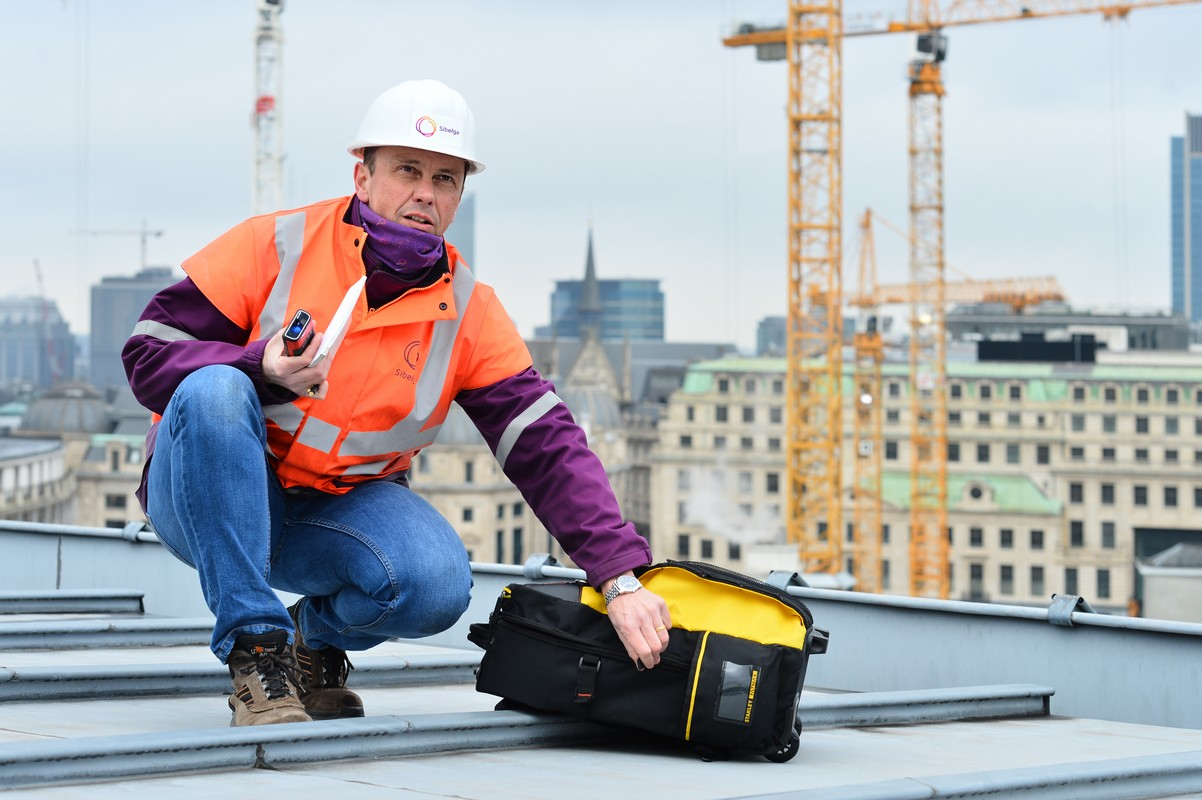 Climbing on the roofs of Brussels: a different kind of job